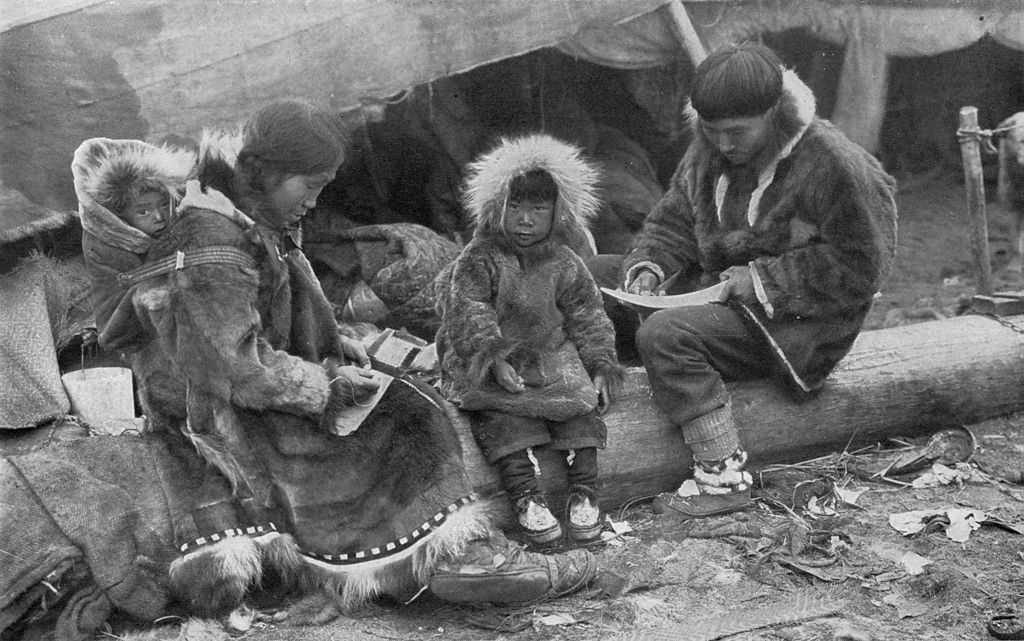 a look at the people of the inuit Inspired by the inuit people of north america, canada and greenland who, legend has it, mated dogs and wolves to try and obtain a dog that could work long hours but would live as a family pet, several dogs of unspecified origin were imported from north america into britain in the early 1980's.